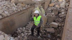 Byggmästare som använder den smarta telefonen arkivfilmer