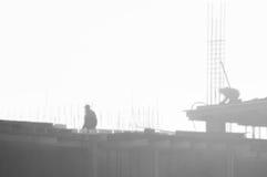 Byggmästare som arbetar på konstruktionsplatsen, resa upp och den konkreta förstärkningen royaltyfria bilder
