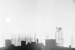 Byggmästare som arbetar på konstruktionsplatsen, resa upp och den konkreta förstärkningen fotografering för bildbyråer