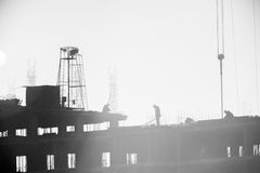Byggmästare som arbetar på konstruktionsplatsen, resa upp och den konkreta förstärkningen arkivfoto
