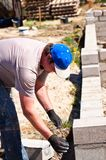 Byggmästare som arbetar på nya väggar arkivfoton