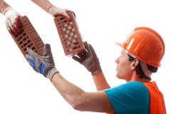 Byggmästare som tar tegelstenarna Royaltyfri Foto