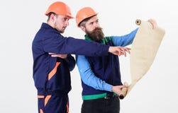 Byggmästare tekniker, arkitektarbete på projekt Män i hjälmar Royaltyfri Bild