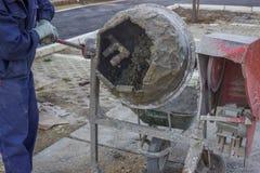 Byggmästare Worker Mixing Cement Arkivfoto