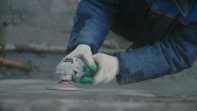 Byggmästarearbetare med den fulländande betongväggen för molarmaskinklipp på konstruktionsplatsen gem Arbetarplugghästbetong lager videofilmer