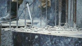 Byggmästarearbetare med utrustning för drillborr för pneumatisk hammare som bryter beton på konstruktionsplatsen gem Arbetaren fu arkivfilmer