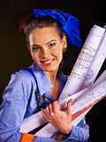Byggmästarekvinna med tapeten Royaltyfri Foto