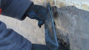 Byggmästaren döljer membranet för taket EPDM PVC-P OCH TPO FPO arkivfilmer