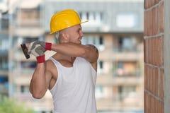 Byggmästaren Working With Hammer och spikar Royaltyfria Foton
