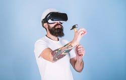 Byggm?stare och renoveringbegrepp Man med sk?gget i VR-exponeringsglash?ll hammare, ljus - bl? bakgrund Grabb med att bulta f?r H fotografering för bildbyråer