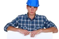 Byggmästare som ser förargad Arkivfoto