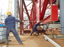 Byggmästarearbetare på konstruktionsplatsen Arkivbild