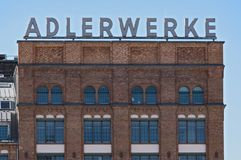 Byggnad av Adlerwerken med bokstäver i Kleyerstraße i Frankfurt - f.m. - strömförsörjning, Tyskland Arkivfoton
