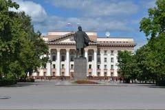 Byggnad av administrationen av den Tyumen regionen Arkivfoton