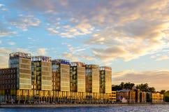 Byggnad av affärsmitten på solnedgången Royaltyfria Foton