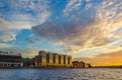 Byggnad av affärsmitten på solnedgången Fotografering för Bildbyråer