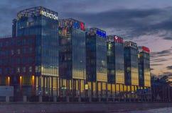 Byggnad av affärsmitten på solnedgången Arkivfoton