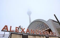 Byggnad av den AlexanderPlatz järnvägsstationen i Berlin Arkivbild