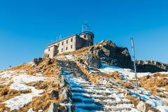 Byggnad av den meteorologiska observatoriet på Kasprowyen Wierch royaltyfria bilder