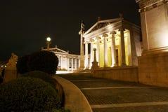 Byggnad av den nationella universitetar av Athens på natten Royaltyfri Bild