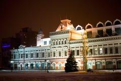 Byggnad av den Nizhny Novgorod mässan i vinternatten tänder Arkivfoto