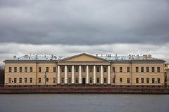 Byggnad av den ryska akademin av vetenskaper på universitetemen royaltyfri fotografi