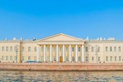 Byggnad av den St Petersburg akademin av vetenskaper på den Vasilevsky ön på universitetkajen i St Petersburg, Ryssland royaltyfria bilder