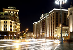 Byggnad av den statliga Dumaen av den federala enheten av rysk federation (på natten) moscow Arkivfoton