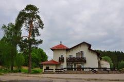 Byggnad av den turist- mitten in i Polenovs minnes- gods i den Tula regionen, Ryssland Royaltyfri Fotografi
