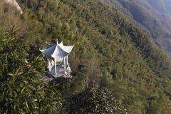 Byggnad av den vita stenpaviljongen halvvägs upp berget Arkivbilder