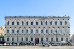 Byggnad av departementet av den statliga egenskapen i St Petersburg Arkivbilder
