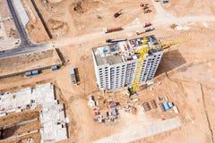Byggnad av det nya bostads- komplexet gul tornkran n?ra kvarterbyggnad Flyg- b?sta sikt arkivbilder