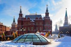 Byggnad av det statliga historiska museet i Moskva Sikt från den Manege fyrkanten Royaltyfria Foton