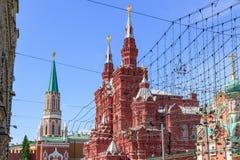 Byggnad av det statliga historiska museet i solig sommarmorgon Sikt från den Nikolskaya gatan i Moskva Arkivfoto