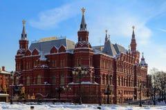Byggnad av det statliga historiska museet på den röda fyrkanten i vinterMoskva Arkivbilder