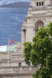 Byggnad av fyrkanten för Treenighet 10 I bakgrundsscyscraperen 20 Fenchurch, London, Förenade kungariket arkivfoton