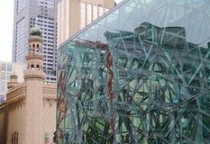 Byggnad av glass metall på den Fed fyrkanten Royaltyfri Fotografi