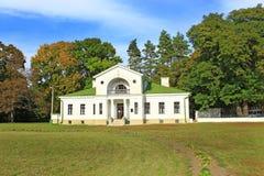 Byggnad av hotellet i historiskt gods i Kachanivka Royaltyfria Foton