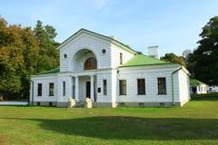 Byggnad av hotellet i historiskt gods i Kachanivka Arkivfoton