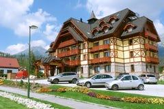 Byggnad av hotellet i slovakiska berg. royaltyfri bild