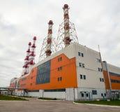 Byggnad av kraftgenereringstationen med rör på grå himmel Royaltyfria Foton