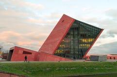 Byggnad av museet av det andra världskriget under solnedgång arkivbilder