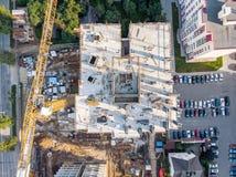 Byggnad av nya flernivå-lägenheter i borgerligt bostadsområde royaltyfria foton