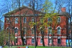 Byggnad av tjänstemanvingen i Kronstadt, St Petersburg, Ryssland Arkivfoton