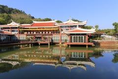 Byggnad av weiyourestaurangen vid sjön Arkivfoto