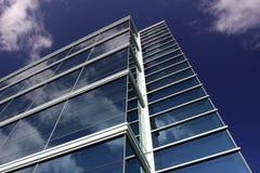 byggnad clouds det moderna kontoret som reflekterar Royaltyfria Bilder
