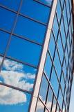 byggnad clouds reflexionsfönster arkivbild