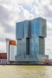 Byggnad De Rotterdam som kontrasterar mot en molnig himmel Royaltyfri Fotografi