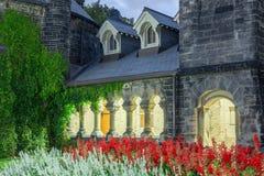 Byggnad för blomma för dörr för galleria för stenbågpassage forntida Arkivfoto