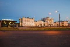 Byggnad för bussterminal och järnvägsstationi den Juli natten Rybinsk Yaroslavl region Royaltyfri Bild